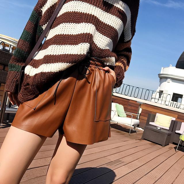 冬天怎么能少的了一条短皮裤,搭配任何衣服都超级美